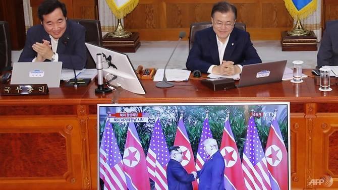 Tổng thống Hàn Quốc Moon Jae-in (phải) và Thủ tướng Lee Nak-yon (trái) xem trực tiếp hội nghị thượng đỉnh giữa Tổng thống Mỹ Donald Trump và lãnh đạo Triều Tiên Kim Jong-un. Ảnh: AFP/Yonhap.