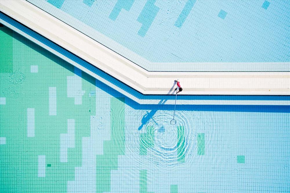 Công nhân đang dọn bể bơi tại một spa ở Harkany, Hungary. Ảnh: Tamas Soki/EPA