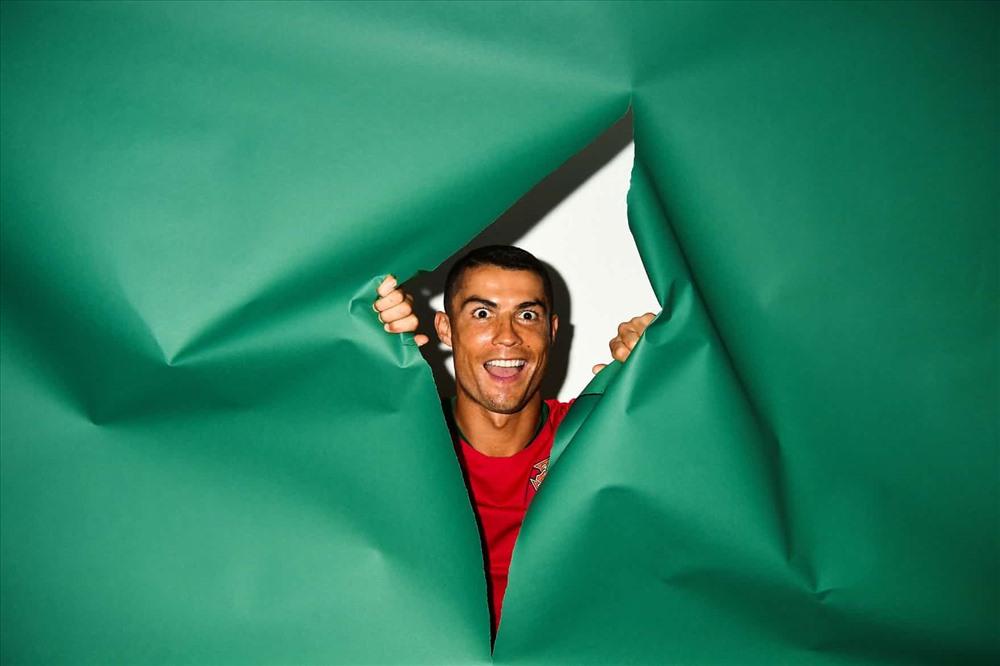 Cầu thủ người Bồ Đào Nha Cristiano Ronaldo nghịch ngợm trong buổi chụp hình chân dung của Fifa World Cup 2018. Ảnh: Mike Hewitt/FIFA via Getty Images