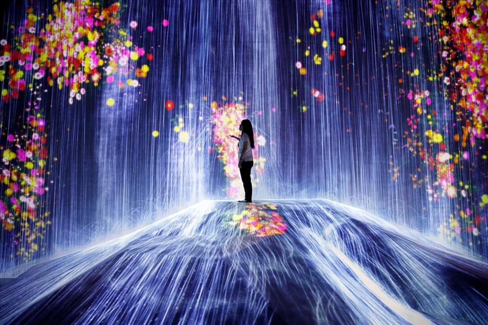 Một người phụ nữ tại khu bảo tàng nghệ thuật ở thành phố Tokyo, Nhật Bản. Bảo tàng rộng 10000 mét vuông và khoảng 50 tác phẩm nghệ thuật. Ảnh: Franck Robichon/EPA