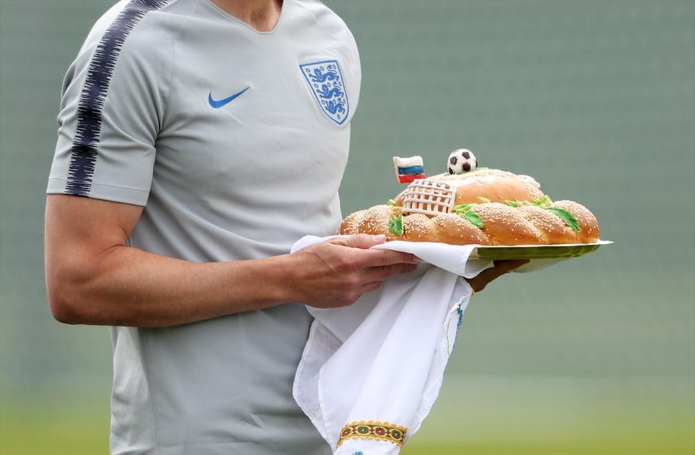 HLV đội tuyển Anh Gareth Southgate được tặng món quà trong buổi tập trước thềm wc tại sân Spartak ở Zelenogorsk