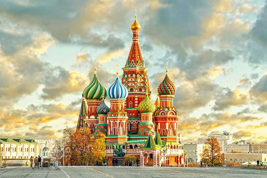 Điện Kremlin còn có tên gọi là Cung điện Kremlin, được xây dựng từ năm 1475. Lâu nay người ta vẫn nói: nhắc đến nước Nga là nhắc đến Điện Kremlin. Điện Kremlin trở thành biểu tượng cho hình ảnh nước Nga và là nơi không thể bỏ qua đối với du khách đến Nga.