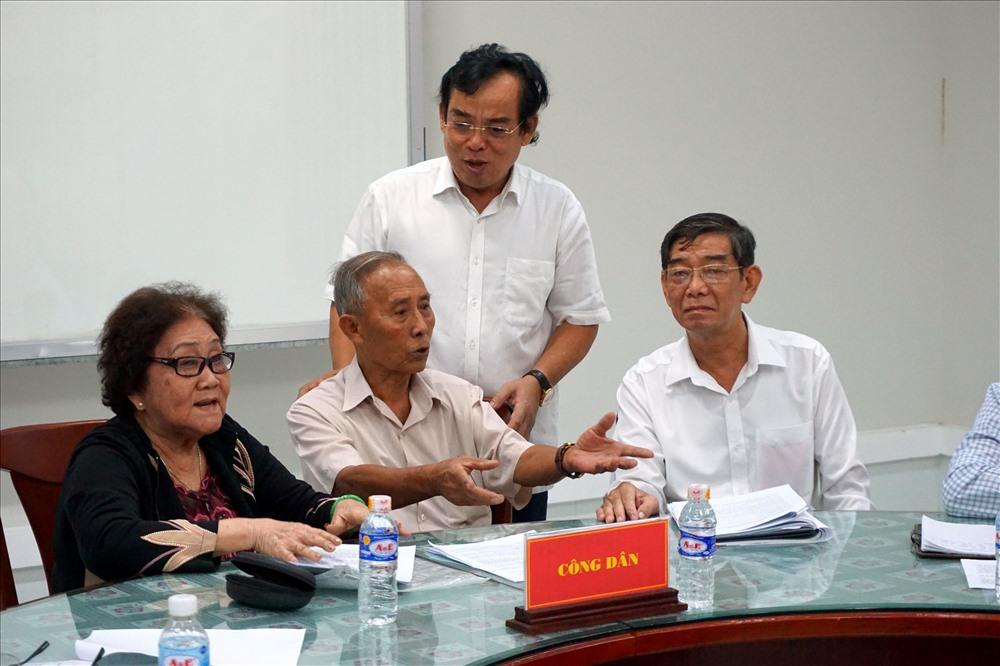 Chủ tịch cũng Chánh ân TAND tỉnh Bạc Liêu đứng gần giải thích cho bà Cam nghe được rõ hơn vì bà bị lãng tai (ảnh Nhật Hồ)