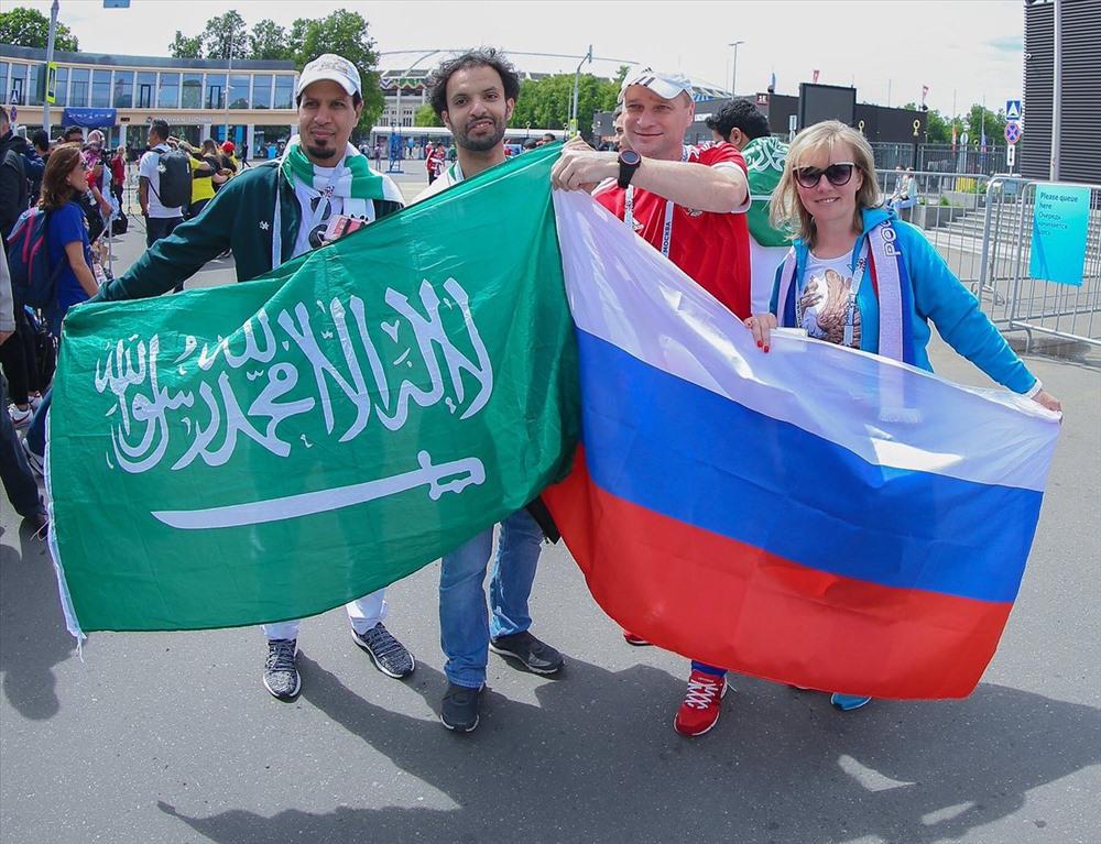 CĐV Saudi Arabia giao lưu với CĐV Nga trước giờ bóng lăn
