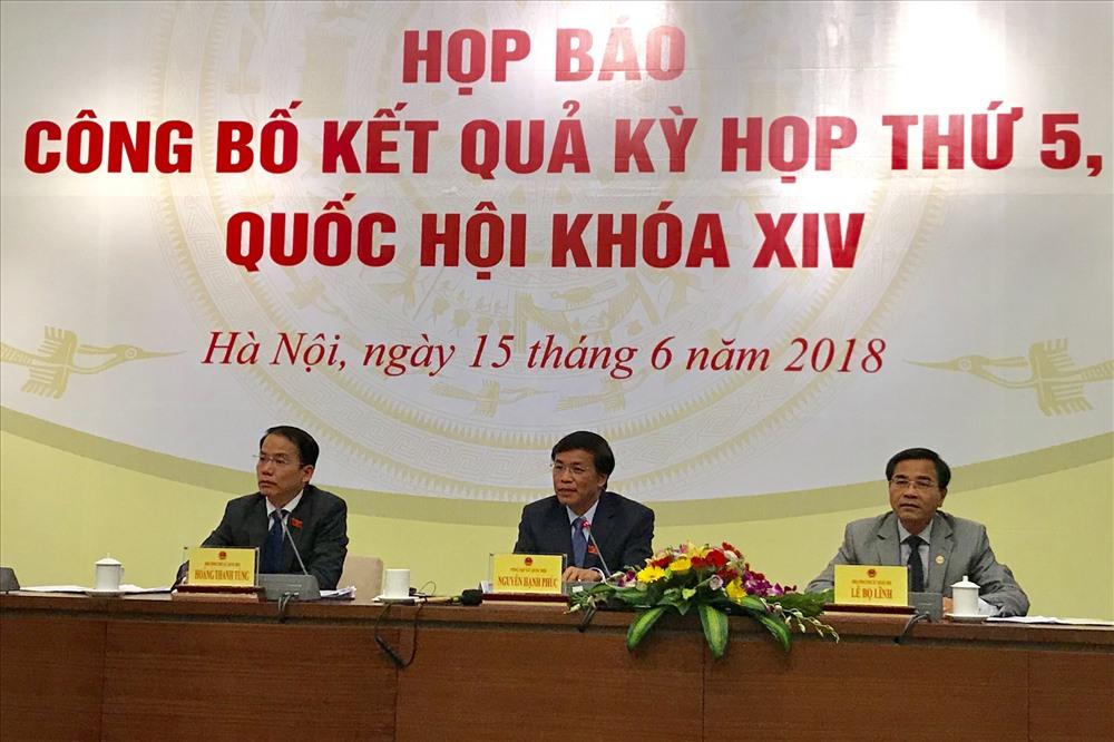 Chủ nhiệm Văn phòng Quốc hội Việt Nam - Tổng Thư ký Quốc hội Việt Nam Nguyễn Hạnh Phúc (giữa) chủ trì họp báo tổng kết kỳ họp ngày 15.6. Ảnh: KH