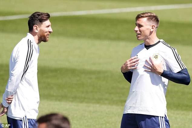 Cuộc trò chuyện ngắn giữa Messi (trái) và Biglia (phải) trong buổi tập cuối cùng trước trận. Ảnh: AP.