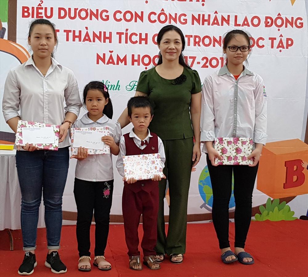 Đồng chí Lê Thị Mai Thủy, Phó chủ tịch LĐLĐ tỉnh Ninh Bình tặng quà cho các em học sinh. Ảnh: NT