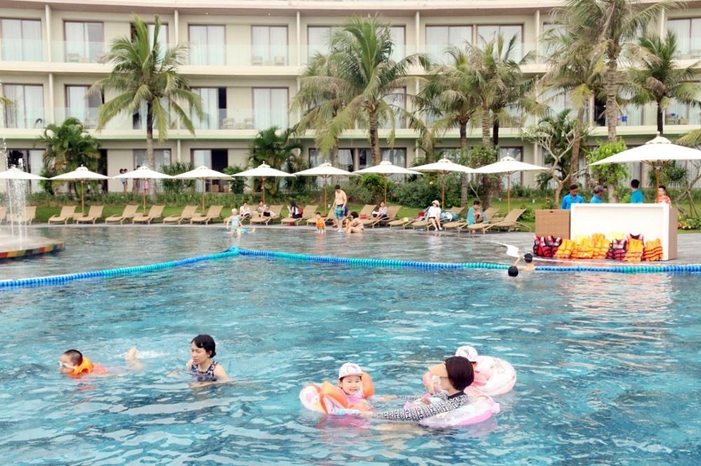 Bể bơi nước mặn rộng 5.100 m2 tại FLC Sầm Sơn được thiết kế với hệ thống lưu dẫn nước biển tự động và khu vực riêng cho trẻ em, đảm bảo an toàn và sức khỏe cho bé