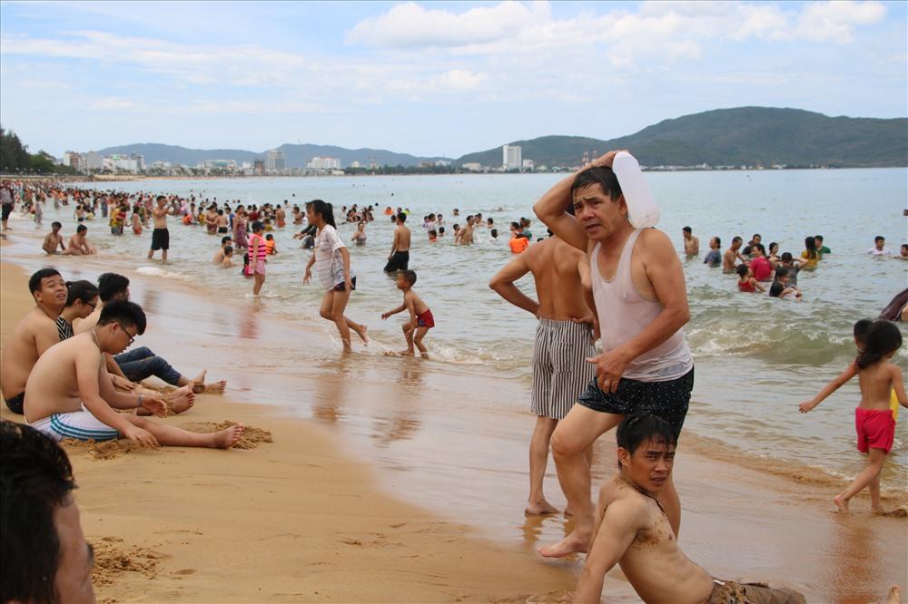 Nhiều người đem nước biển về nhà để người thân… cầu an. Ảnh: Đ.Phùng