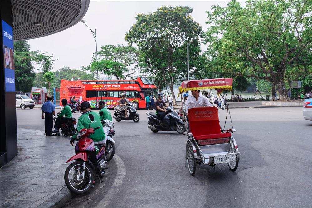 Sau xe điện, mới đây, tuyến bus mui trần ở Hà Nội chính thức được đưa vào hoạt động phục vụ người dân và khách du lịch. Nhiều loại hình lần lượt mọc lên, nhiều người tỏ ra lo ngại xích lô biến mất.