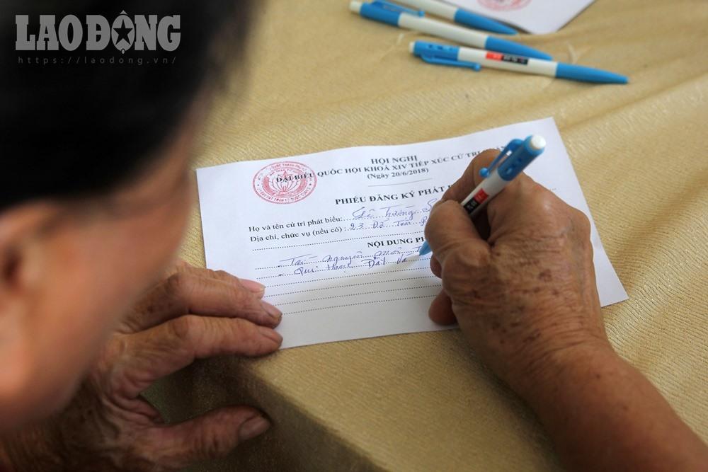 Bàn ghi phiếu đăng ký.