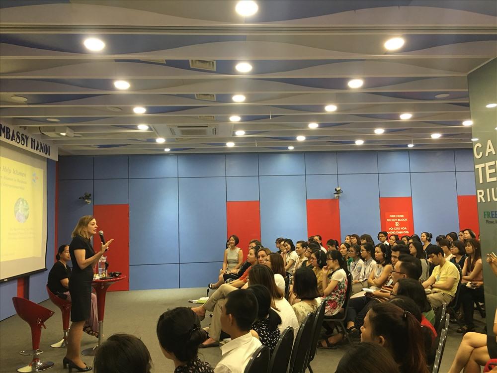 """: Trợ lý Ngoại trưởng Royce tại cuộc thảo luận về """"Phụ nữ giúp nhau trong kinh doanh"""" diễn ra tại Trung tâm Hoa Kỳ."""