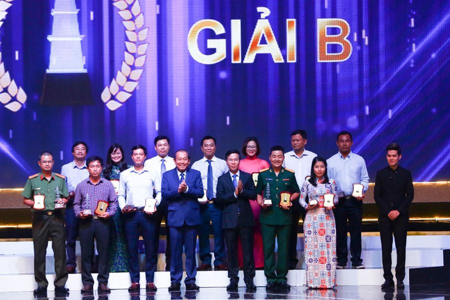 Phó Thủ tướng thường trực Chính phủ Trương Hòa Bình (hàng trên - thứ tư từ trái qua) và Trưởng ban Tuyên giáo T.Ư Võ Văn Thưởng (hàng trên - thứ năm từ trái qua) trao giải B Giải Báo chí quốc gia lần thứ XII - năm 2017.