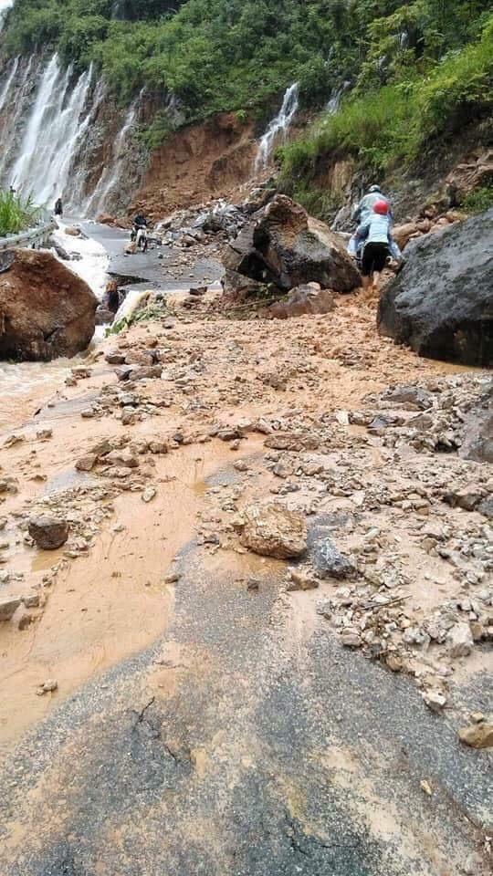 Đường lên huyện Quản Bạ bị những tảng đá nặng hàng tấn chắn ngang.
