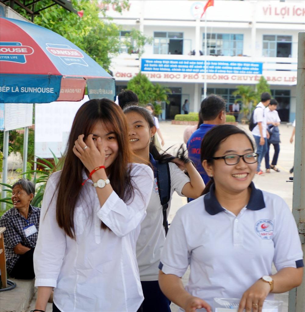 Nụ cười sau khi làm xong môn thi thứ nhất (ảnh Nhật Hồ)