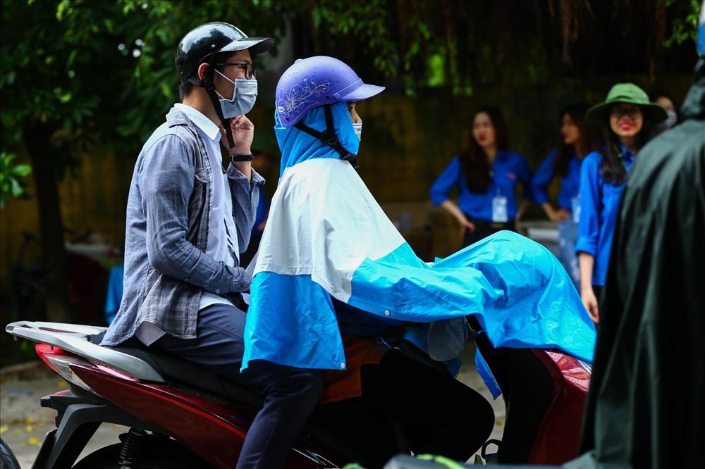 Một phụ huyn tại trường THPT Minh Khai (Bắc Từ Liêm HN): Mẹ đợi con ngoài này, đề toán sẽ dễ thôi con trai. Cố lên con! Ảnh: Sơn Tùng
