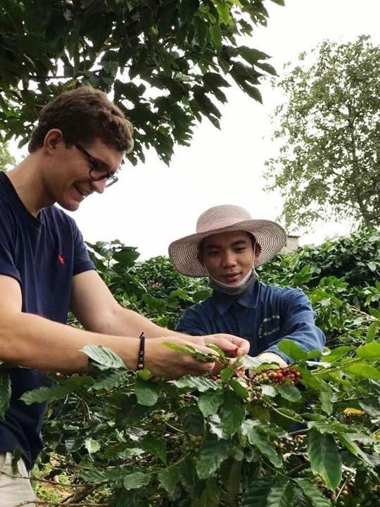 Chuyên gia nước ngoài kiểm tra quy trình sản xuất cà phê tại Hướng Hóa. Ảnh: PV