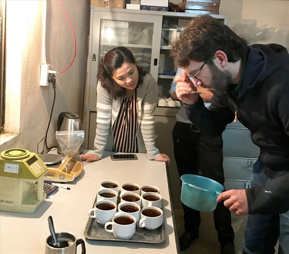Chuyên gia nước ngoài kiểm nghiệm chất lượng cà phê sạch Hướng Hóa. Ảnh: QH