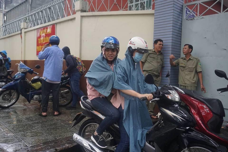 Mưa Sài Gòn chưa kịp tạnh hết, thí sinh và phụ huynh vẫn đội mưa không sợ ướt chạy xe về nhà