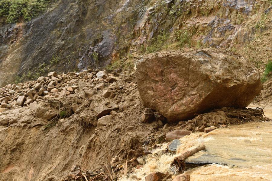 Thông kê của tỉnh Lai Châu: Tổng khối lượng đất, đá sạt lở trên các tuyến đường trong địa bàn tỉnh là trên 800.000 m3. Ảnh: VGP