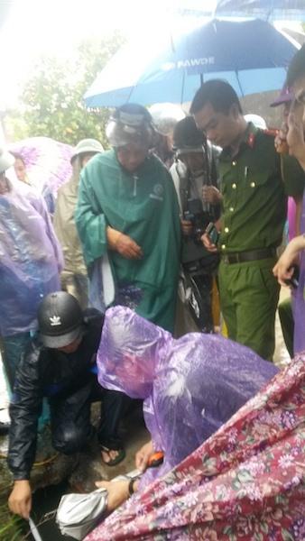 Lãnh đạo, cán bộ thị trấn Tiên Lãng đã kết hợp với đơn vị thi công rút ruột ngân sách từ công trình cống thoát nước trên địa bàn gần 350 triệu đồng. Ảnh: TĐ