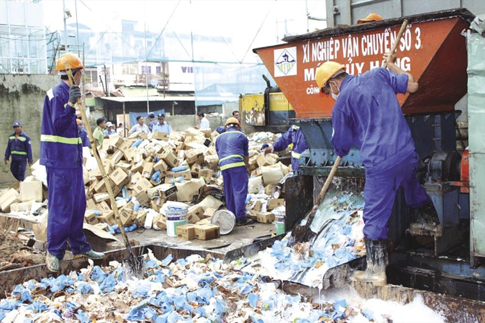 Tiêu huỷ phế liệu tiềm ẩn chất thải nguy hại tại khu xử lý rác Phước Hiệp (TP HCM). Ảnh: H.H