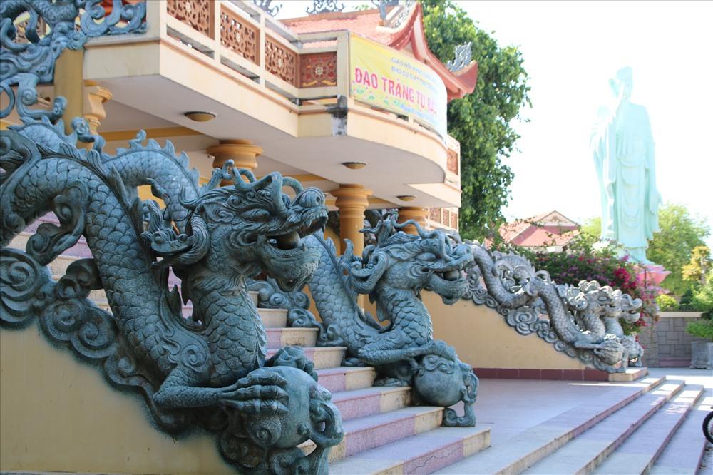 Mặt trước chánh điện có hai cầu thang lan can đắp hình rồng dẫn lên tầng trên nằm ở hai bên. Ảnh: Đ.Phùng