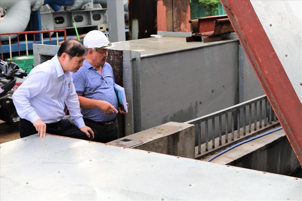 Tại đây, Tại đây, sau khi được nghe chủ đầu tư công trình là Cty CP Tập đoàn công nghiệp Quang Trung thuyết minh về nguyên lý hoạt động của hệ thống bơm thông minh, những thuận lợi, khó khăn… ông Phan Xuân Dũng đã có lời động viên, khích lệ tinh thần dám nghĩ, dám làm của chủ đầu tư. Ảnh: Trường Sơn