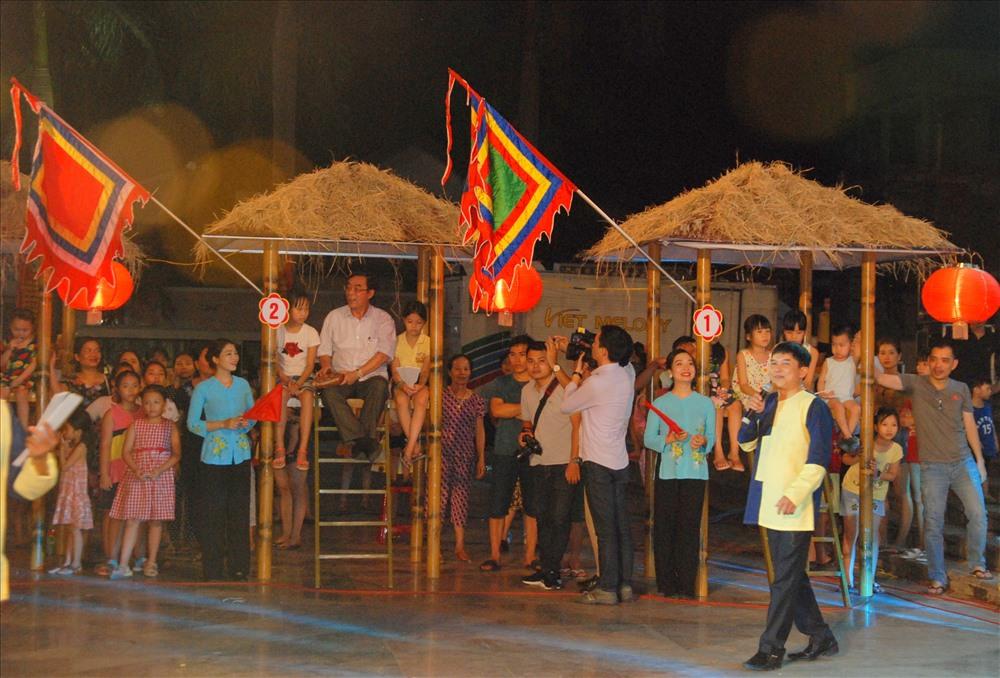 Lãnh đạo tỉnh Quảng Trị tham gia trò chơi bài chòi. Ảnh: TT.