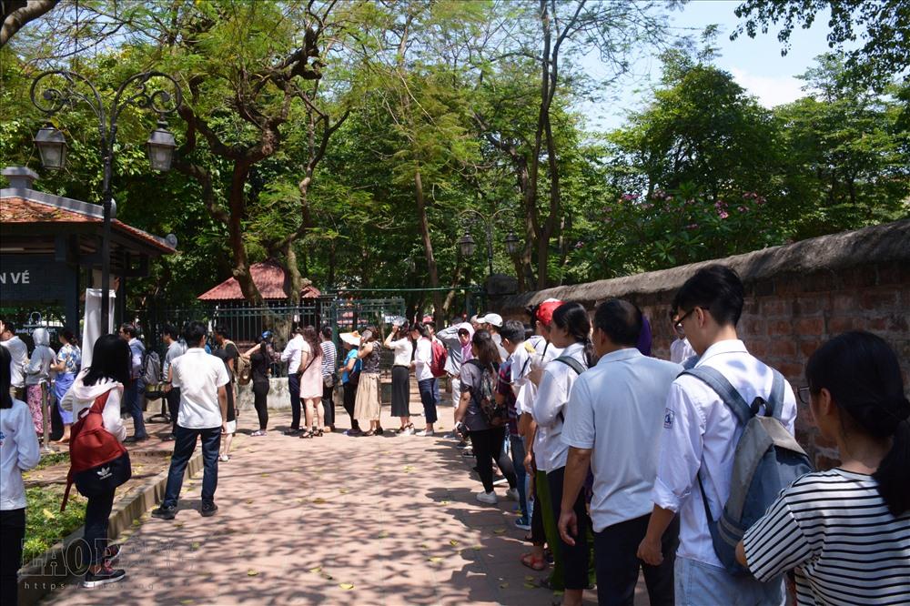 Sáng nay (6.6), dưới thời tiết nắng nóng 38 độ C, hàng nghìn sĩ tử đổ về khu di tích Văn Miếu (Hà Nội) để cầu may mắn.