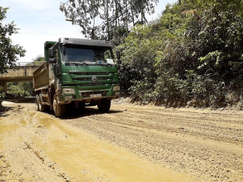 Xe tải chạy băm nát đường đi lại của người dân