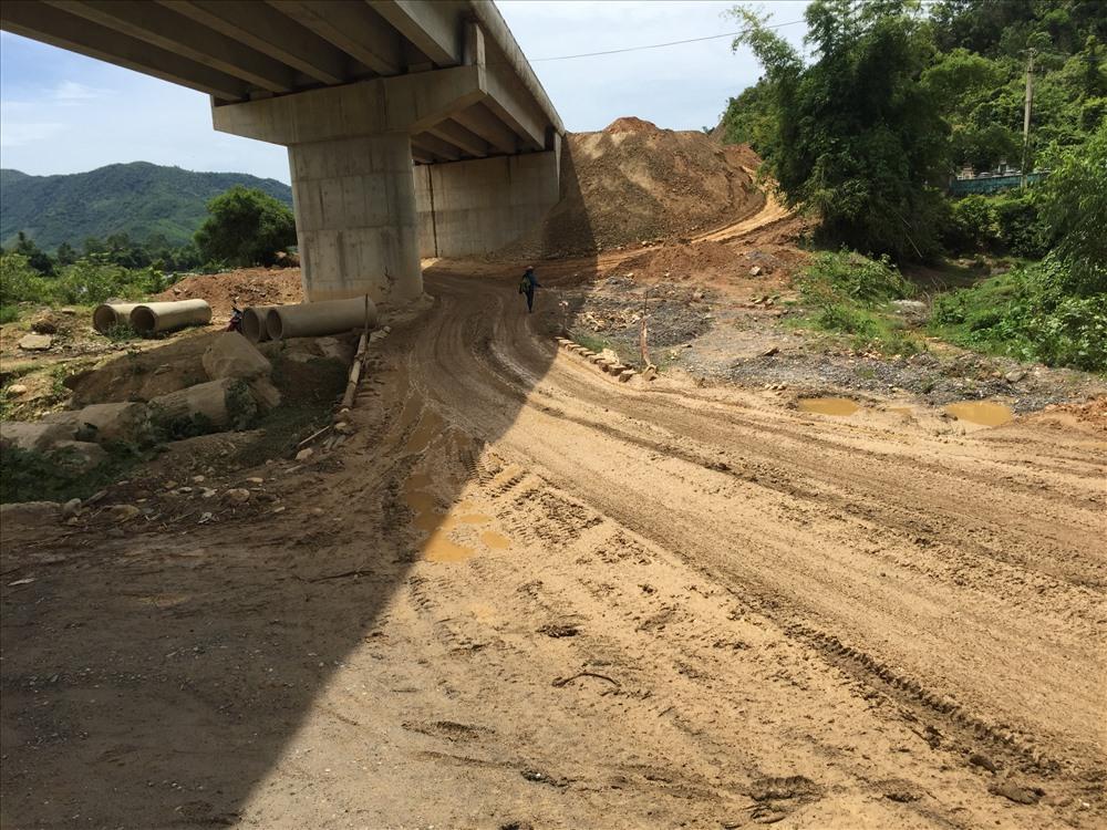 Con đường đầy bùn lầy, trơn trượt, nhiều khúc đường xấu do xe tải chạy thường xuyên