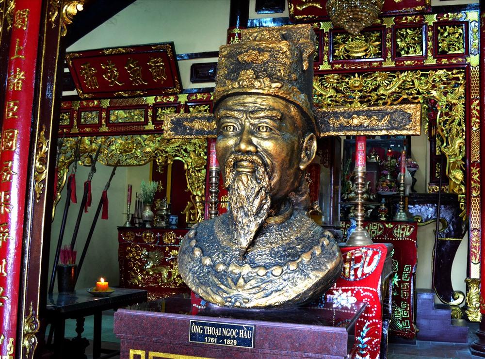 Tượng ông Thoại Ngọc Hầu thờ tại Sơn Lăng. (Ảnh: Lục Tùng)