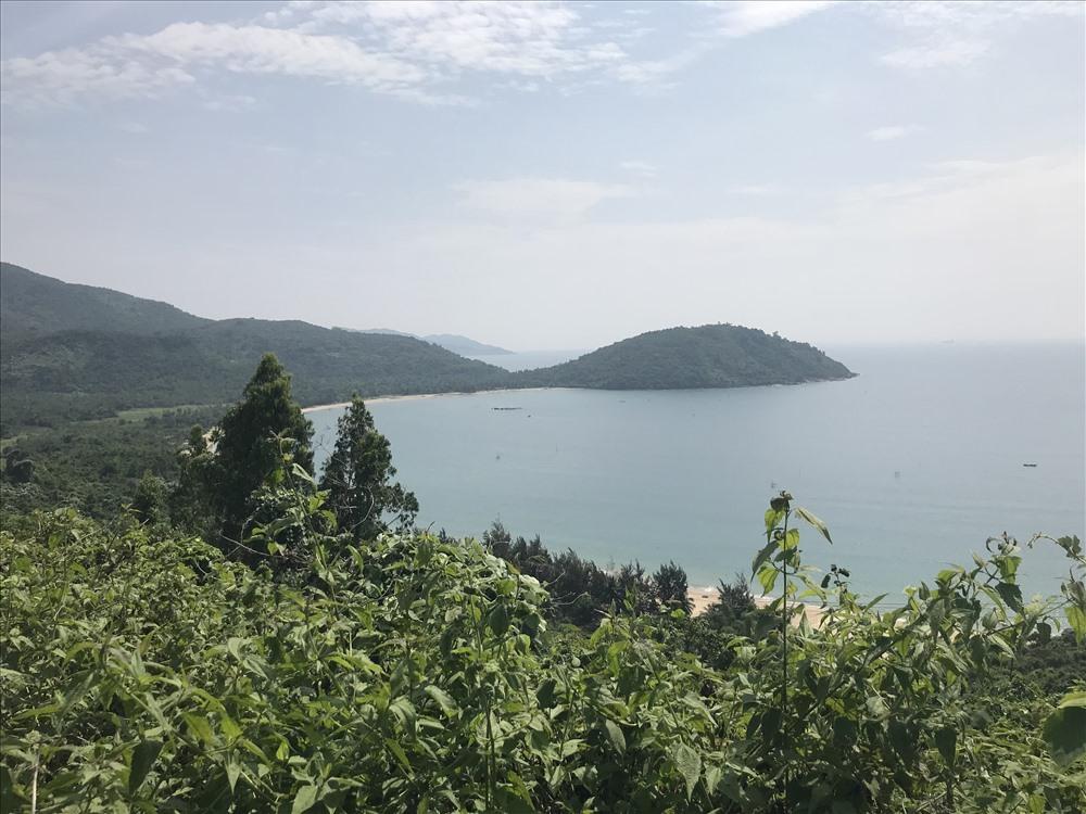 Làng Vân nhìn từ trên đèo Hải Vân. Ảnh: H.V.M