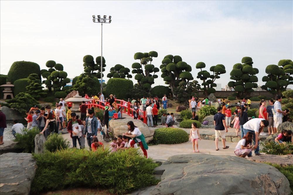 Thời tiết Sài Gòn khá nắng nóng nhưng rất đông du khách đến tham quan hồ cá Koi độc đáo này