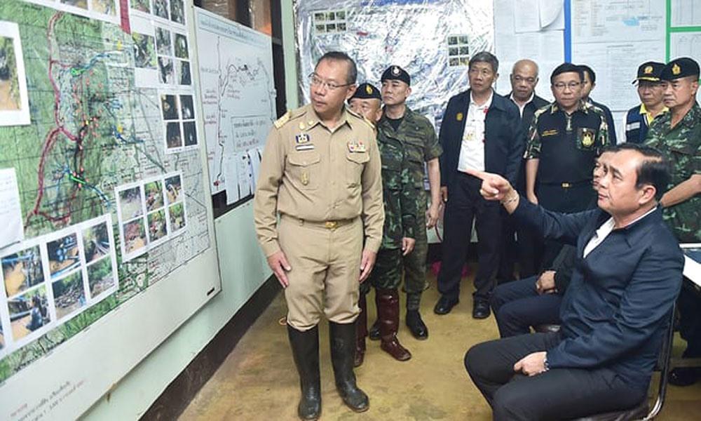 Thủ tướng Thái Lan Prayut Chan-o-chau xem bản đồ khu vực Tham Luang. Ảnh: Văn phòng Chính phủ Thái Lan/ EPA