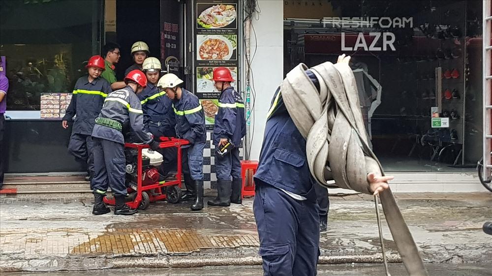 Đến 15h30, Cảnh sát rút khỏi hiện trường, bàn giao lại cho các lực lượng chức năng điều tra làm rõ nguyên nhân, thiệt hại do vụ cháy gây ra. Ảnh: T.S