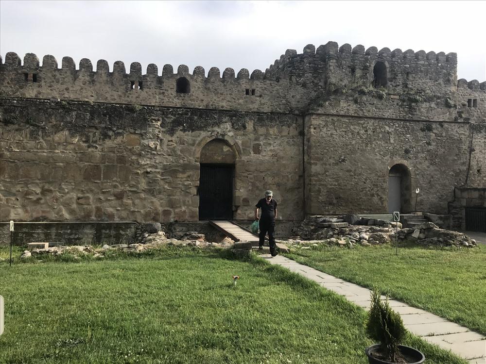 Nhà thờ Svetitskhoveli được bao bọc bởi những bức tường thành, vừa là nơi ở của các chức sắc trong nhà thờ, vừa là nơi phòng thủ khi có chiến tranh. Ảnh: H.V.M