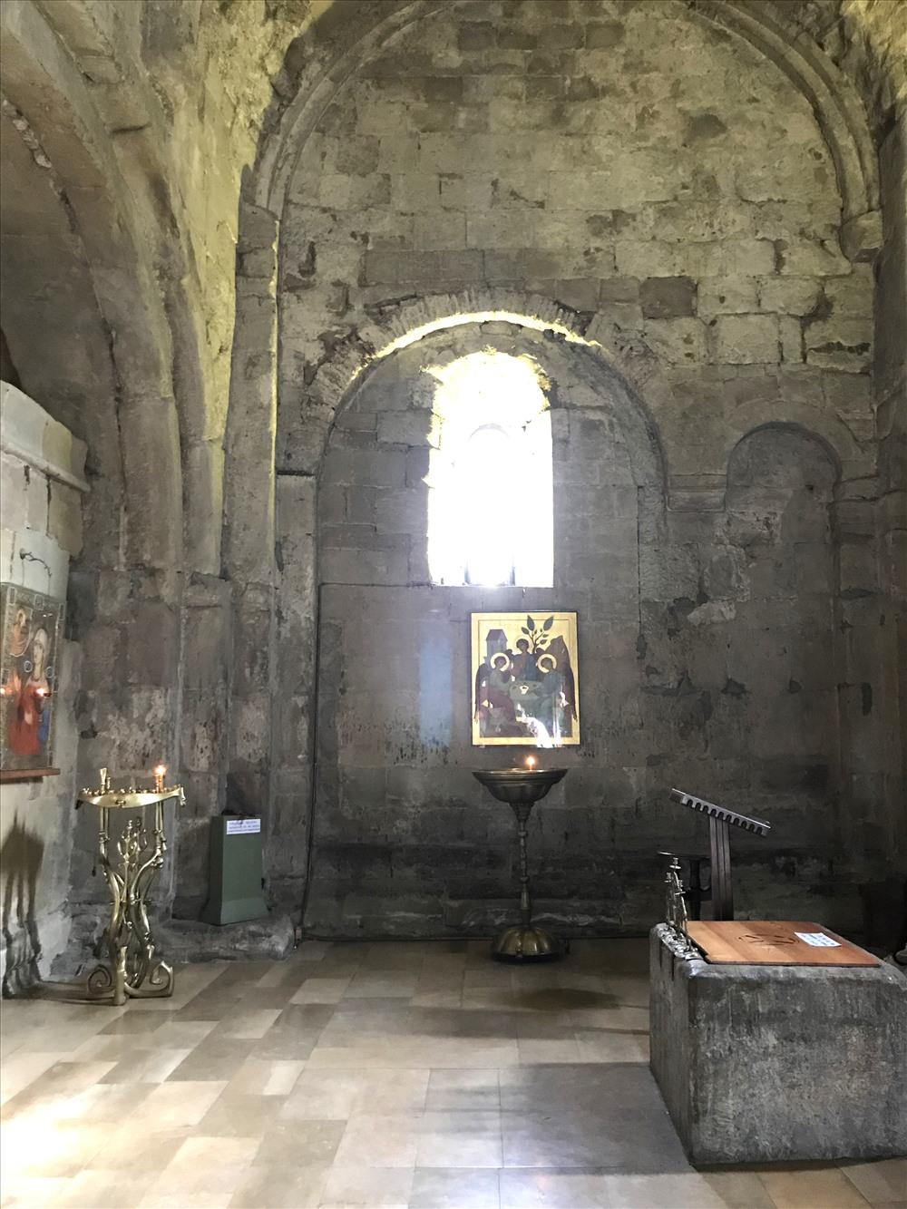 """Một góc cổ xưa trong Tu viện """"Cây thánh giá"""". Ảnh: H.V.M"""