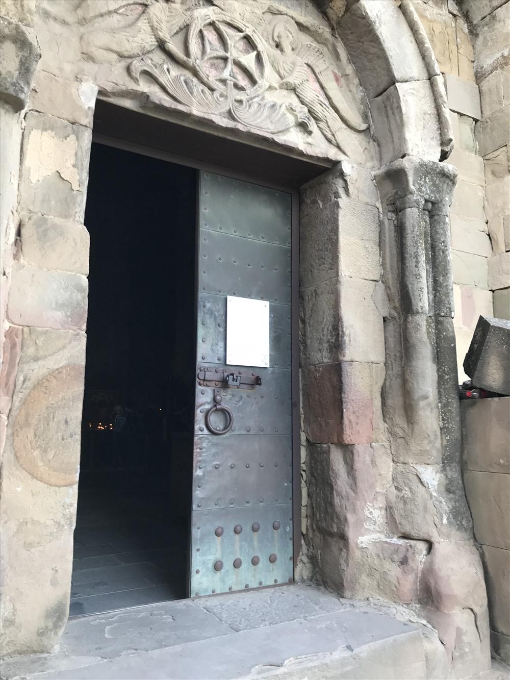 Sau cánh cửa này là không gian lưu dấu gần 2000 năm lịch sử của Tu viện Jvari. Ảnh: H.V.M