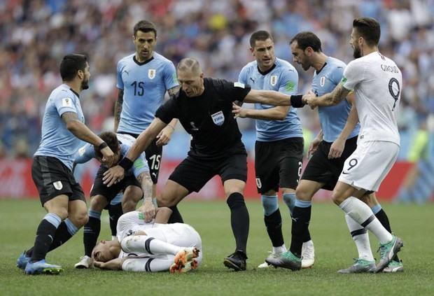 Cầu thủ 19 tuổi của ĐT Pháp từng suýt bị các cầu thủ Uruguay ăn thua đủ vì hành vi ăn vạ lộ liễu, trong thời điểm Pháp đang dẫn Uruguay 2-0 ở trận tứ kết. Ảnh: FIFA