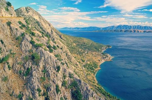 Một vài khu vực trải khắp Croatia có dấu tích thời kỳ Đồ Đá đã được phát hiện với nhiều hang động vẫn còn các đồ vật tự chế của con người từ hàng thế kỷ trước. Hầu hết các thị trấn có trung tâm lịch sử với kiến trúc đặc trưng của Croatia, đây là điểm dừng chân ý nghĩa cho các du khách.