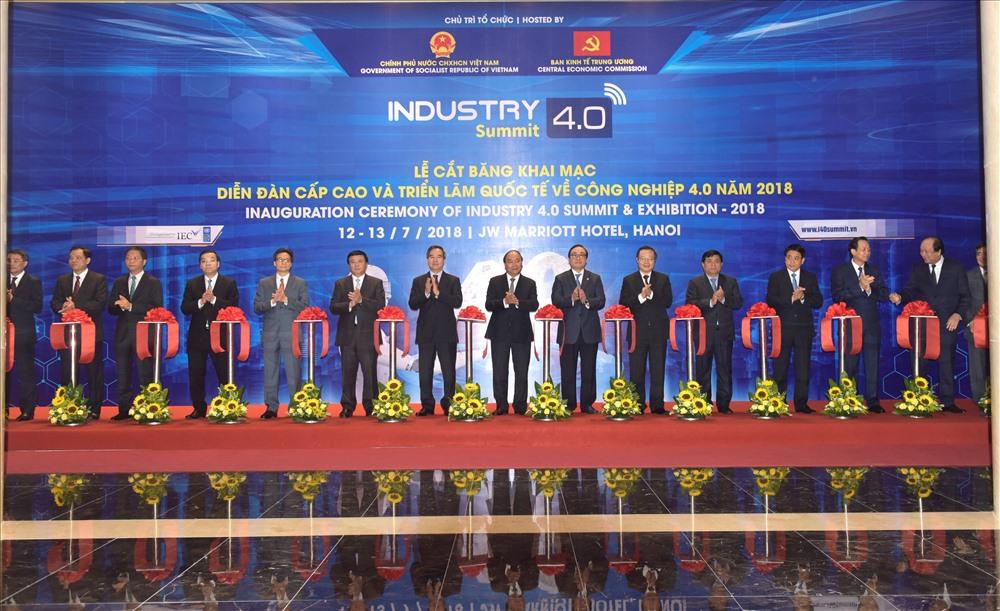 Triển lãm quốc tế về công nghiệp 4.0 và Diễn đàn cấp cao Tầm nhìn và chiến lược phát triển đột phá trong bối cảnh cuộc cách mạng công nghiệp lần thứ 4 do Chính phủ và Ban Kinh tế Trung ương tổ chức ngày hôm nay. Thủ tướng Chính phủ Nguyễn Xuân Phúc và các đại biểu cắt băng khai mạc sự kiện.