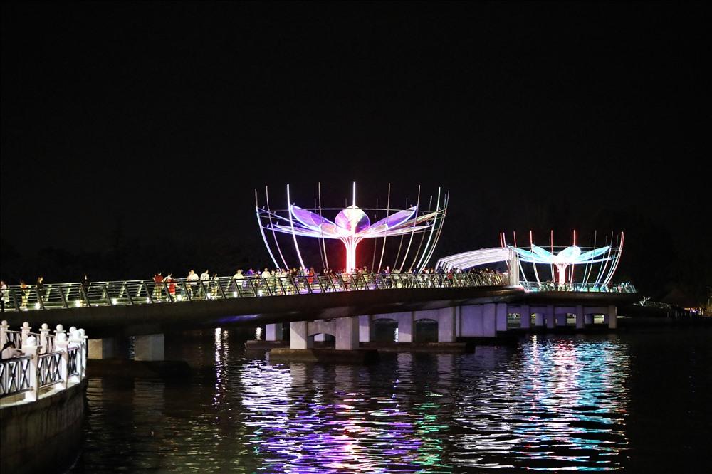 Được khánh thành cách đây 2 năm, cây cầu đi bộ này dần trở thành điểm nhấn cho du lịch của Cần Thơ. Ảnh: T.S