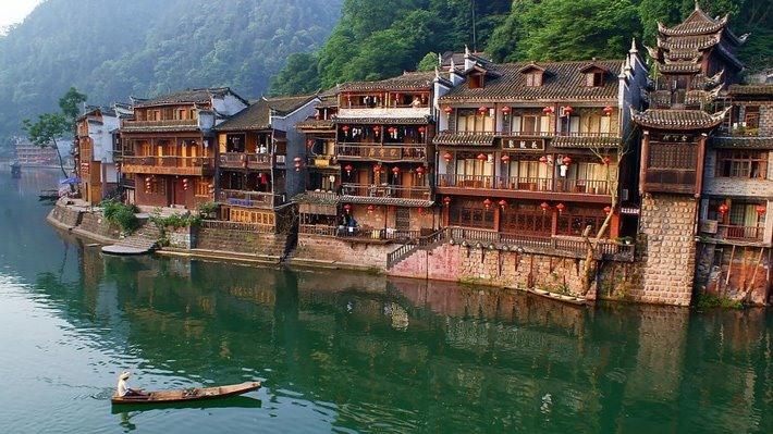Phượng Hoàng Cổ Trấn được xây dựng bên dòng Đà Giang thơ mộng (nguồn ảnh: Ivivu)