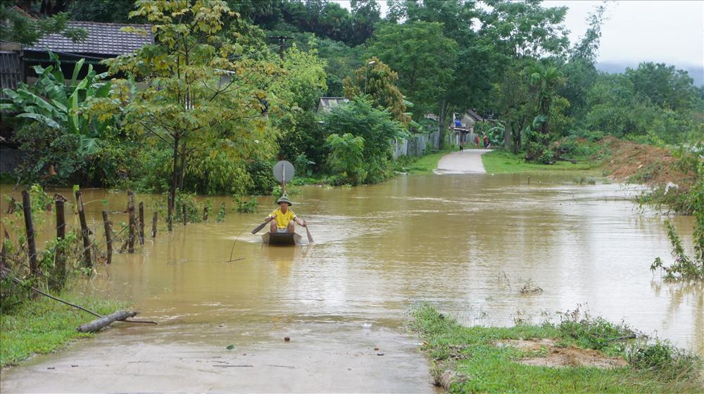 mặc dù nước đã rút tuy nhiên để tiếp cận các hộ gia đình và người dân muốn ra ngoài thì phương tiện đi lại là thuyền gỗ