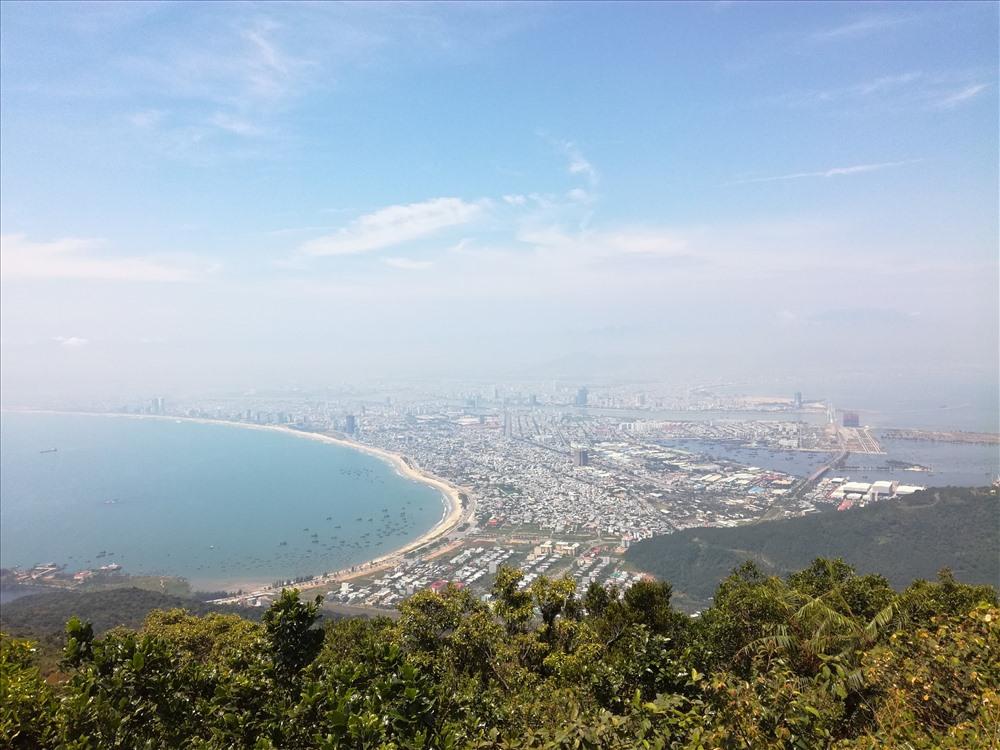 Khung cảnh thành phố ngắm từ đỉnh Bàn Cờ. Ảnh: XH