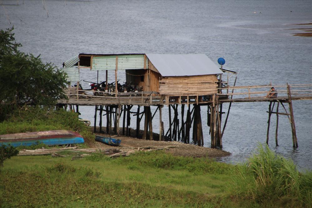 Ở một đầu cầu có dựng chòi canh, khách qua cầu sẽ phải trả lộ phí từ 1.000 - 5.000 đồng, tùy vào số lượng người và độ cồng kềnh của hàng hóa. Ảnh: Đ.Phùng