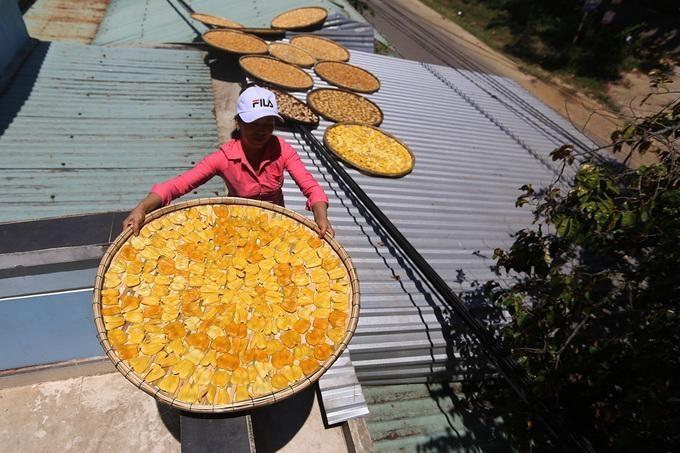 Mít đưa lên mái nhà phơi, sau ba ngày nắng mới khô.