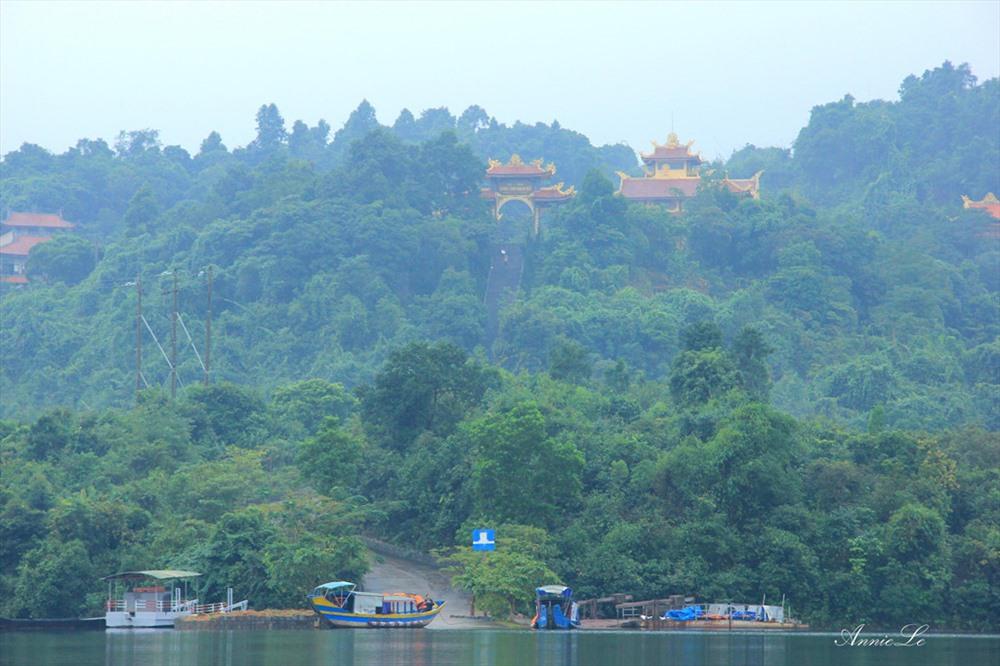 Xung quanh thiền viện là những áng mây trắng bồng bềnh trôi dưới đáy hồ nước trong xanh (nguồn ảnh: Zing.vn)
